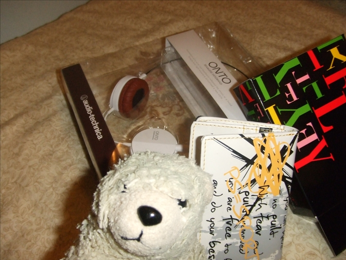Presents include the wallet and headphone. Bear excluded.
